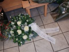 Bloemstuk namens LSC Philidor bij de kist van de overleden ex-voorzitter Marcel Fresco.