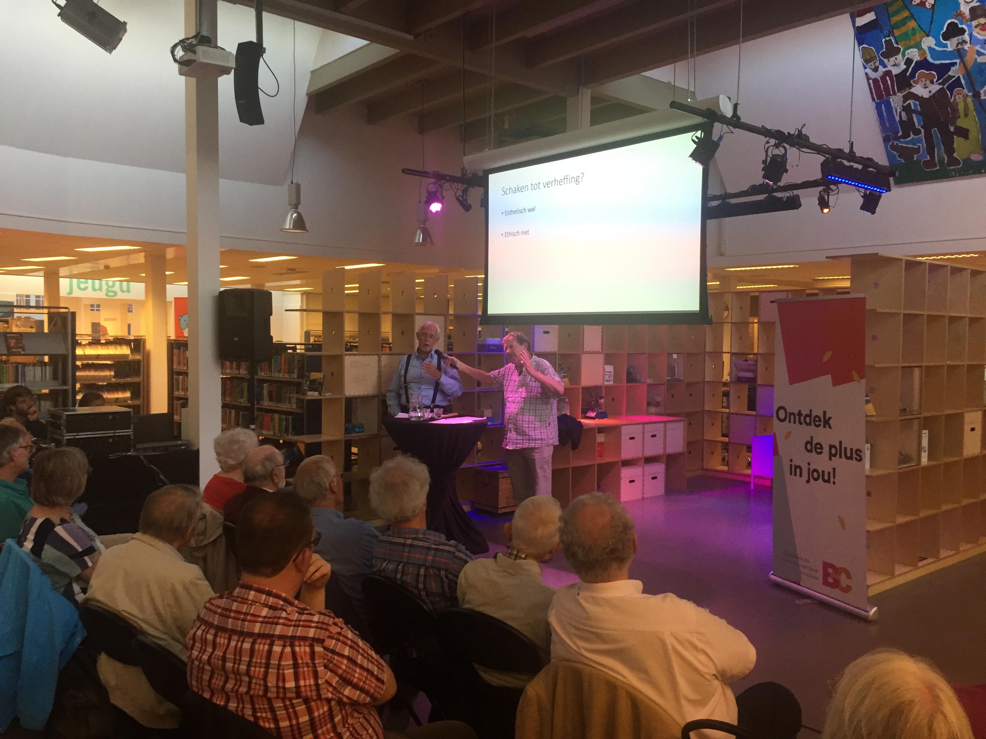 Roel in 't Veld houdt een lezing in de centrale bibliotheek van Leiden