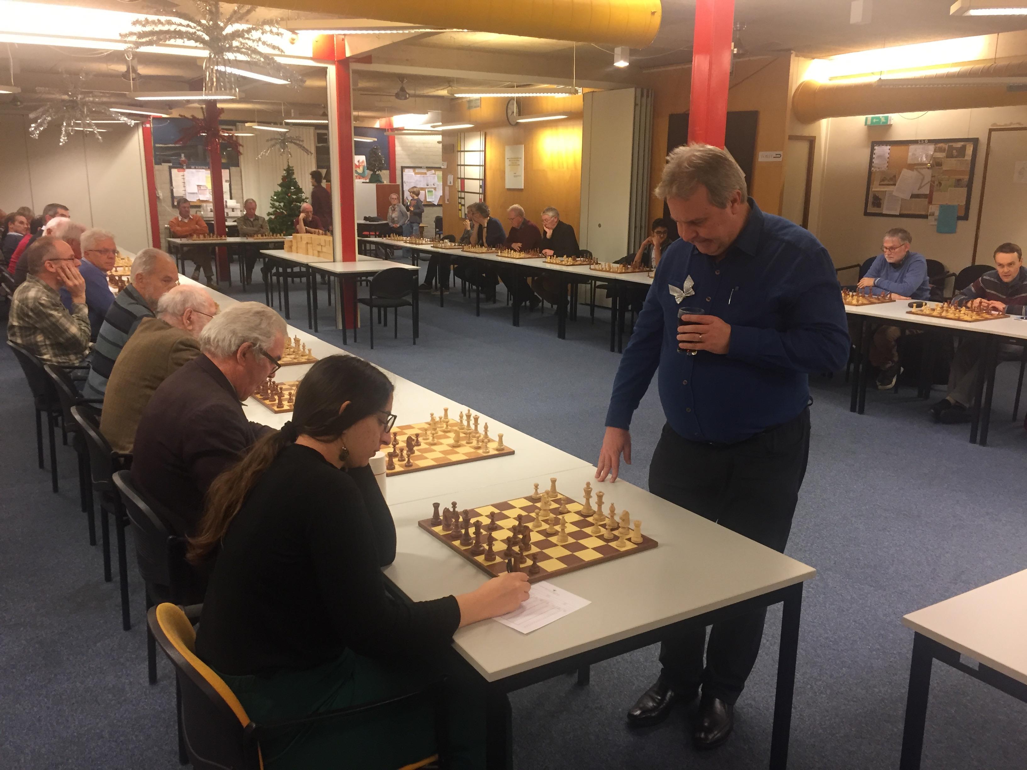 Dertigtal spelers schaakt simultaan tegen John van der Wiel
