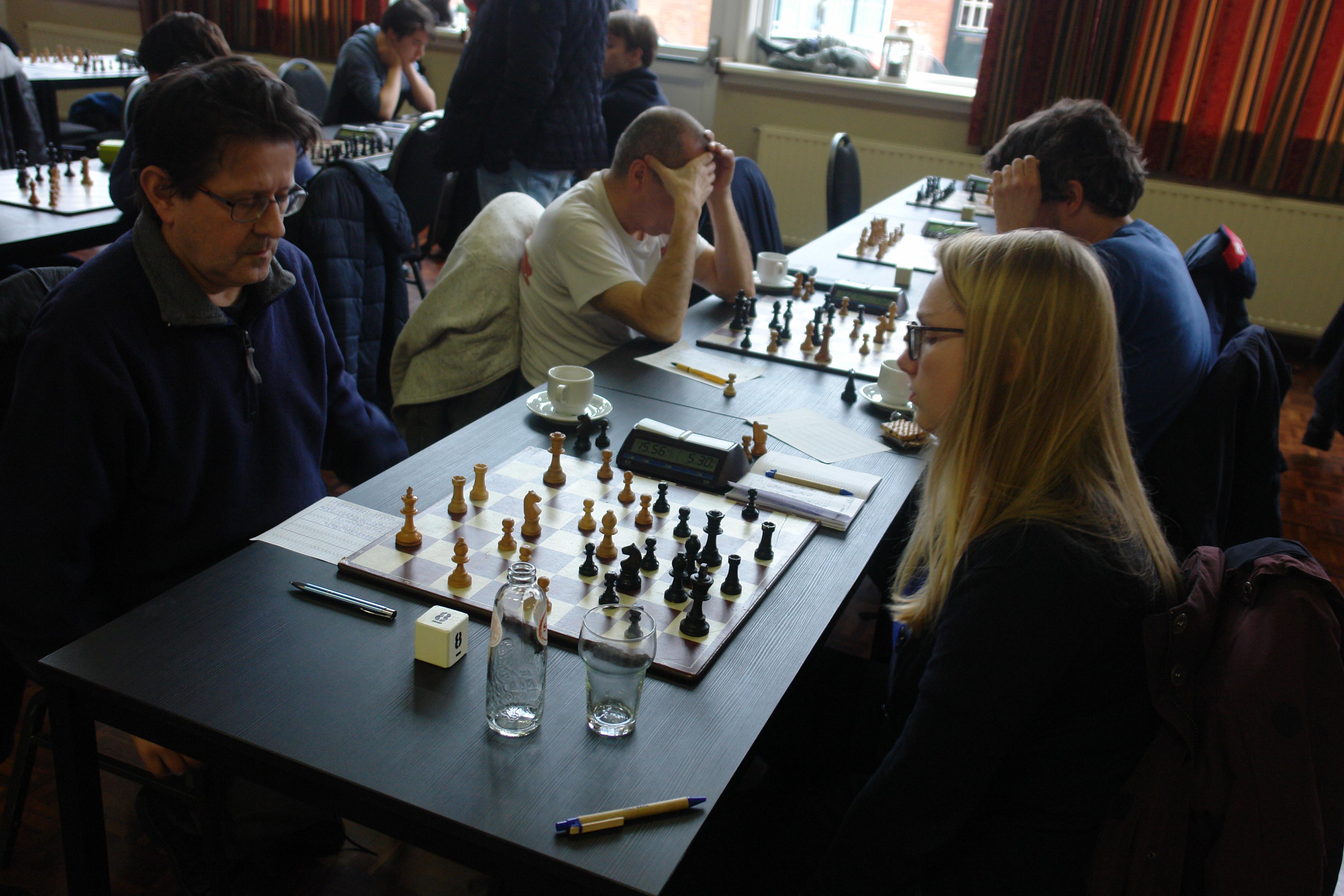 Leonore Biemans-Braggaar en Thijs Roorda achter de laatste borden.
