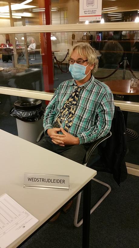 wedstrijdleider Bert van der Marel van Philidor achter zijn tafel wacht rustig af.